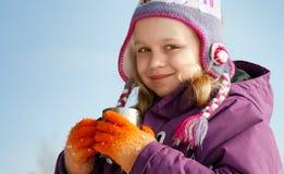 A menina loura pequena de sorriso na estação fria outwear Fotografia de Stock Royalty Free