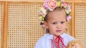 Menina loura pequena do close up em Garland Chews Candy filme