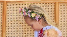 Menina loura pequena do close up em Garland Chews Candy video estoque