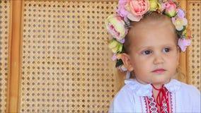 Menina loura pequena do close up no ucraniano Garland Speaks vídeos de arquivo