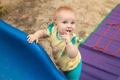 A menina loura pequena em um t-shirt amarelo Fotografia de Stock