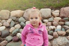 A menina loura pequena em uma blusa cor-de-rosa Fotos de Stock Royalty Free