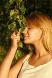 Menina loura que aprecia a luz solar da noite Foto de Stock Royalty Free