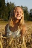 Menina loura que aprecia a luz solar da noite Fotos de Stock