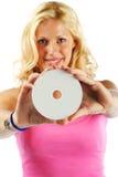 Menina loura que apresenta o CD imprimível branco (apronte para seu logotipo) Fotos de Stock Royalty Free