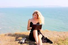 Menina loura que lê um livro imagem de stock royalty free