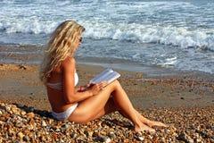 Menina loura que lê um livro foto de stock royalty free