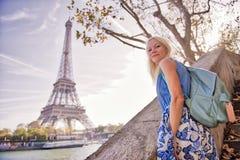 Menina loura que olha a torre Eiffel em Paris imagem de stock royalty free