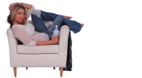 Menina loura que relaxa com Drin Fotografia de Stock Royalty Free