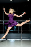 Menina loura running no vestido roxo Fotos de Stock