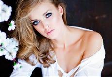 Menina loura sensual do close up do retrato com olhos azuis no shi branco Imagens de Stock Royalty Free