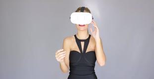 A menina loura 'sexy' bonita aprecia vidros da realidade virtual imagem de stock royalty free