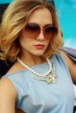 Menina loura 'sexy' bonita nova em um maiô com vidros e ornamento em torno do retrato do close-up da associação imagem de stock royalty free