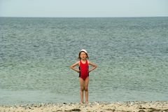 Menina lunática pequena na praia Fotografia de Stock Royalty Free