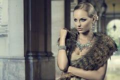 Menina luxuosa da forma Fotografia de Stock Royalty Free