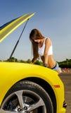 Menina luxuosa do encanto e carro desportivo amarelo Fotografia de Stock