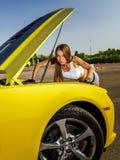 Menina luxuosa do encanto e carro desportivo amarelo Foto de Stock Royalty Free
