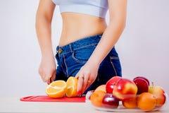 Menina magro e fruto Dieta da fruta Boa figura Maçãs imagem de stock
