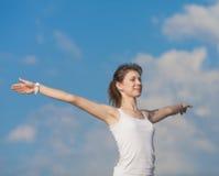 A menina magro faz exercícios da manhã Fotografia de Stock Royalty Free