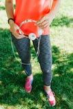 Menina magro no sportswear em um parque imagem de stock