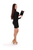 A menina mantém o PC branco da tabuleta estar lateralmente imagem de stock royalty free