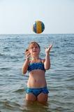 Menina, mar e esfera fotografia de stock royalty free