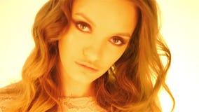 Menina marrom nova do cabelo no levantamento morno das luzes amarelas vídeos de arquivo