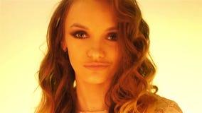 Menina marrom nova do cabelo no levantamento morno das luzes amarelas video estoque