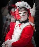 Menina mascarada vermelha no carnaval de Veneza fotos de stock