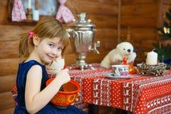 A menina Masha cozinha o papa de aveia imagens de stock royalty free