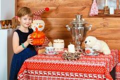 A menina Masha cozinha o papa de aveia imagens de stock