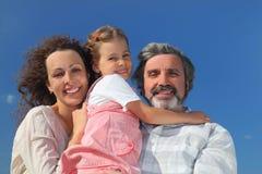 Menina, matriz e avô sorrindo e abraçando imagens de stock