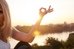 A menina medita o por do sol, sumário Fotos de Stock Royalty Free