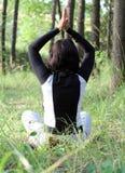 A menina meditates Imagens de Stock