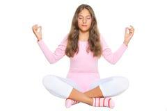A menina meditates Fotografia de Stock Royalty Free