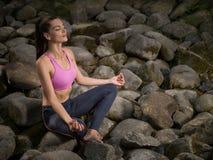 A menina meditates na posição de lótus Imagens de Stock Royalty Free
