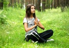 A menina meditating fotos de stock