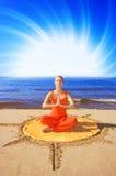 Menina meditating bonita Imagem de Stock Royalty Free