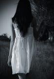 A menina misteriosa estranha no vestido branco Fotos de Stock Royalty Free