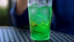 A menina mistura o cocktail video estoque