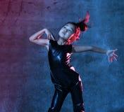 A menina modelo asiática da alta-costura nas luzes azuis do néon brilhante colorido e roxas uv coloridas compõe fotografia de stock