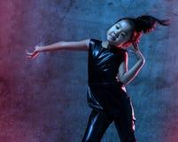 A menina modelo asiática da alta-costura nas luzes azuis do néon brilhante colorido e roxas uv coloridas compõe foto de stock royalty free