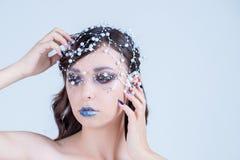Menina modelo bonita com projeto azul, cara e cabelo do prego do tratamento de mãos com grânulos, cristais de rocha, decoração Co fotografia de stock