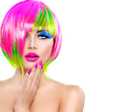 Menina modelo com cabelo tingido colorido fotografia de stock royalty free