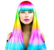 Menina modelo da beleza com cabelo tingido colorido imagem de stock