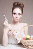 Menina modelo da beleza com ovos coloridos Imagens de Stock