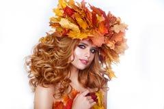 Menina modelo da beleza com penteado brilhante das folhas do outono A fêmea bonita da forma com outonal compõe e penteado Fotografia de Stock