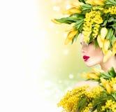 A menina modelo do verão com natureza floresce o penteado Imagens de Stock