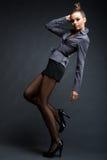 Menina modelo elegante em pose interessante Fotografia de Stock Royalty Free