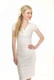 Menina modelo loura bonita no branco ocasional do terno do verão Fotos de Stock
